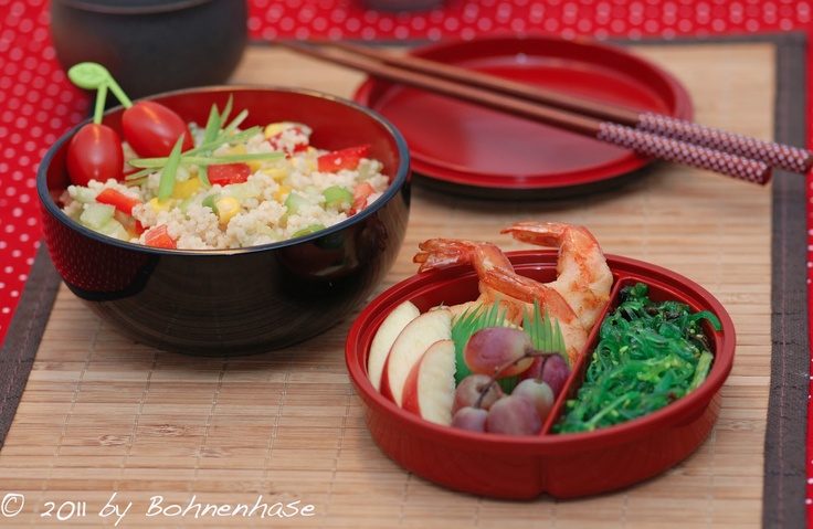 Bohnenhase: Bento #8: Couscous Salad with Tempura Shrimps and Seaweed Salad