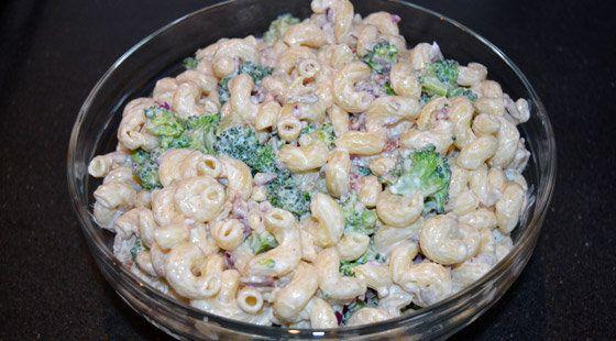 Lækker opskrift på broccolisalat lavet som pastasalat, som er nem og lige til at gå til med ingrediensliste og fremgangsmåde.
