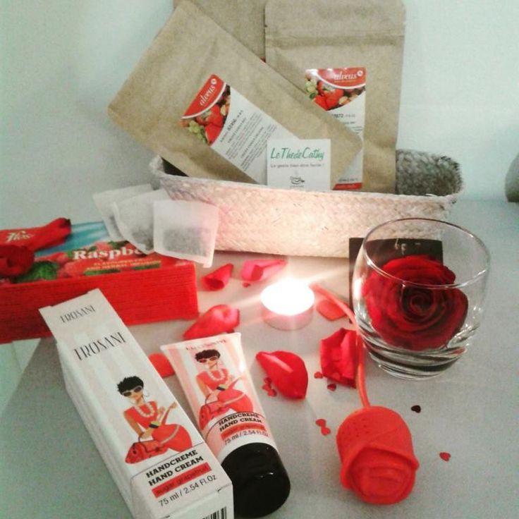 """BOX """"Toute vêtue de Rouge"""" Cadeau à offrir ou à s'offrir En savoir plus sur http://www.artifleurs-fleurs-artificielles.com/boutique/coffrets-echarpes-bijoux/#fzWbW27sYteSIQWD.99"""