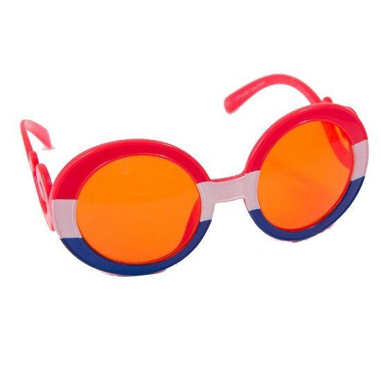 Een leuke feestbril met rood, wit, blauw montuur voor volwassenen. De bril heeft gekrulde pootjes, een rood, wit, blauwe voorkant en oranje glazen.