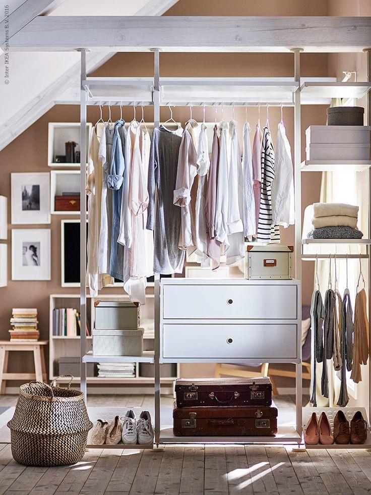 Förvaring och öppen och luftig rumsavdelare i ett, den perfekta lösningen för ett mindre boende, och ett sätt att skapa överblick eller bara visa upp garderoben. ELVARLI förvaring att skräddarsy efter behov, FLÅDIS korg, FJÄLLA låda med lock.