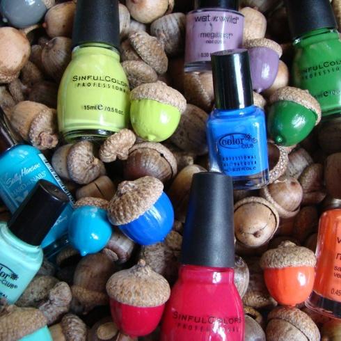 DIY: coloured acorns  -  Manualidades: bellotas coloreadas