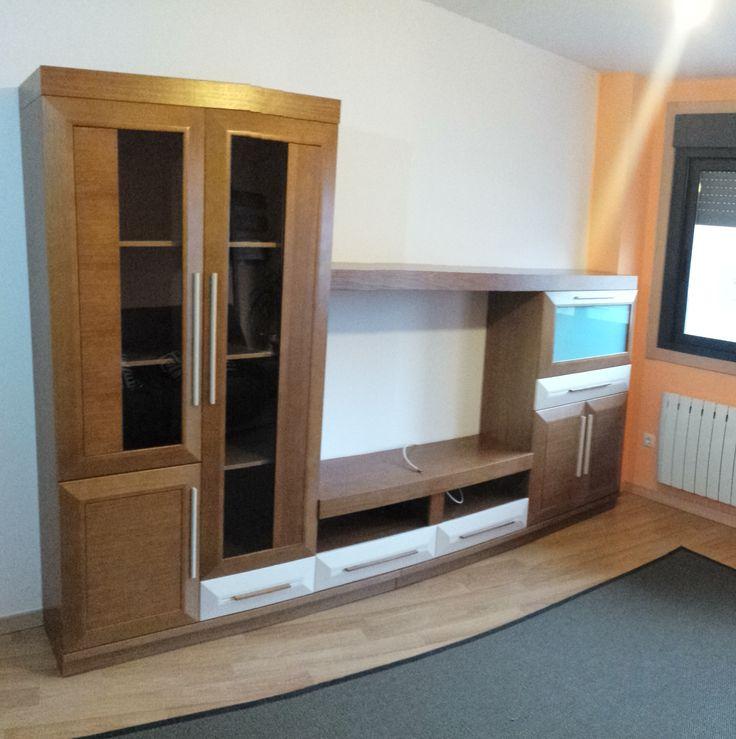 Composición de 3,20 metros en roble, con gran diseño, vitrinas asimétricas y amplio bodeguero y módulo TV.