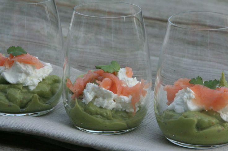 Fijn hapje voor een diner: Amuse avocado met zalm. Recept > www.lekkeretenmetlinda.nl