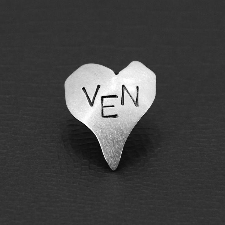 Medium hjartesmykke i sølv med VEN. Hjarteven! Hjertesmykke med valgfri tekst. Heart pendant in sterling silver with text of you choice.