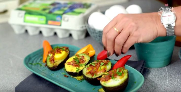 Ugnsgratinerade avokadoägg med bacon
