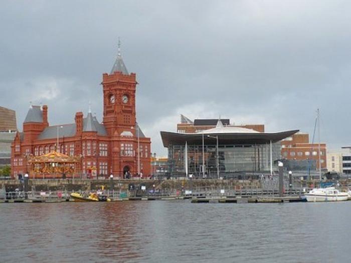Non, Cardiff n'est pas une cité industrielle dépourvue de charme ! Bien au contraire, la capitale du Pays de Galles est l'une des capitales les plus jeunes et les plus dynamiques d'Europe. Des monuments séculaires tels que le célèbre château et la cathédrale y côtoient des sites sportifs et culturels de renommée internationale. N'hésitez pas à y faire un tour pour un week-end ou plus : vous y trouverez des attractions pour tous les goûts ! par Audrey