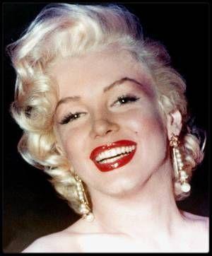 """13 Mai 1953 / Marilyn et le """"gratin"""" du tout Hollywood (Howard HUGHES, Lucille BALL, Jane RUSSELL, Betty GRABLE, Jimmy McHUGH ou encore Sheila GRAHAM) est invitée par le journaliste Walter WINCHELL au """"Ciro's"""" qui organisa une fête en l'honneur de Louella PARSONS, célèbre chroniqueuse mondaine et commère des potins d'Hollywood."""