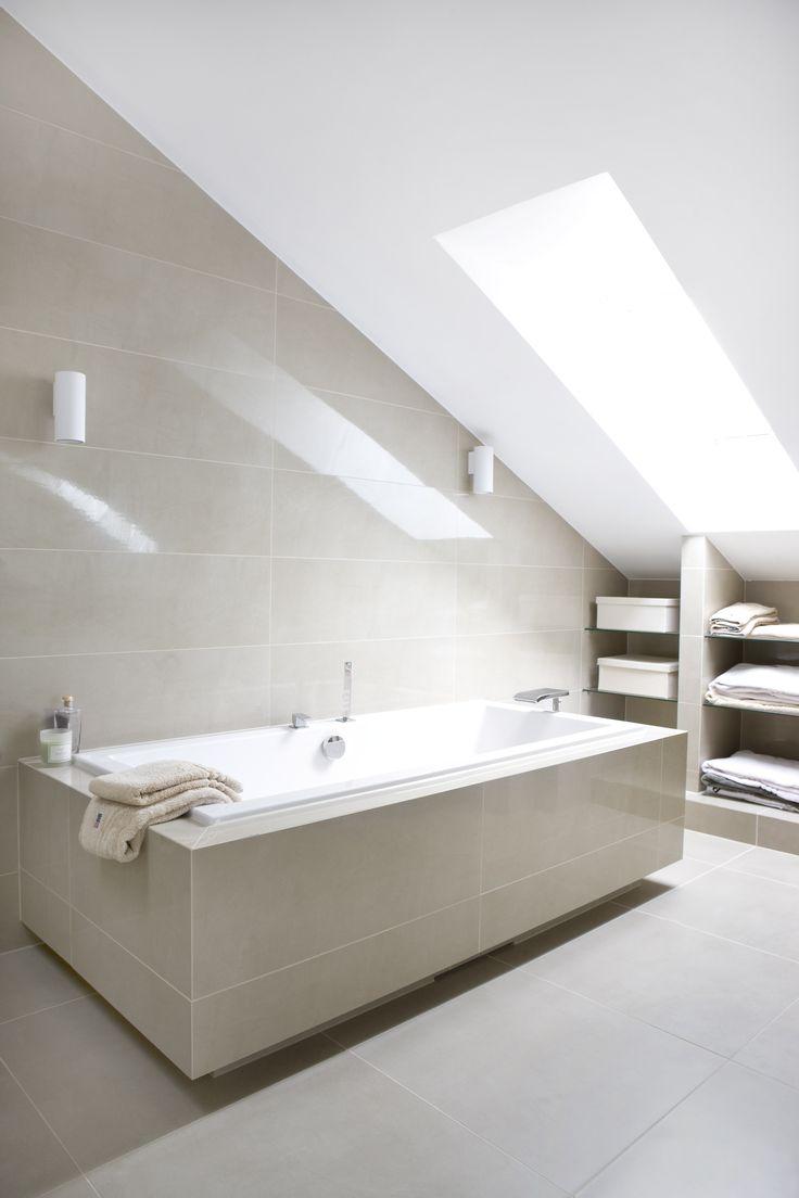 Et badekar kan passe bra på badet selv om det er skråtak.