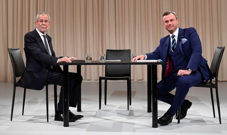 Alexander Van der Bellen (G.) candidat écologiste à l' élection présidentielle autrichienne et Norbert Hofer (D.), candidate du parti d'extrème droite FPOE, avant un débat télévisé à Vienne, le 27 novembre.