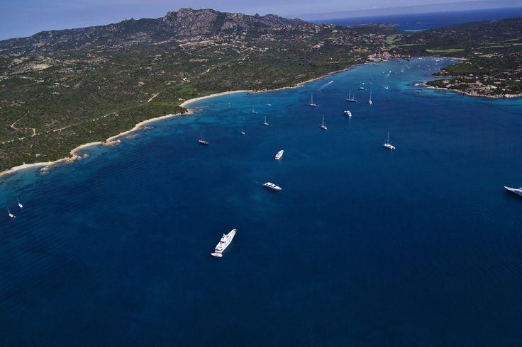 Itália dos sonhos : CALA DI VOLPE A faixa de areia está localizada na Sardenha, mais especificamente na Costa Esmeralda, um dos destinos mais luxuosos da Itália. A praia é famosa por suas águas azuis intensas e e também por abrigar o sofisticado resort Hotel Cala di Volpe.