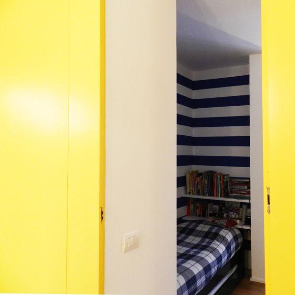 La porta dell'armadio nasconde la stanza del bambino.