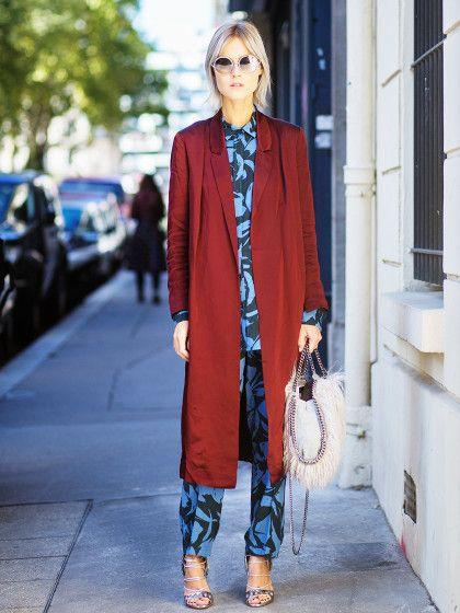 Die italienische Bloggerin Linda Tol kombiniert ihren Blumenprint-Schlafanzug-Style mit einem langen Morgenmantel.