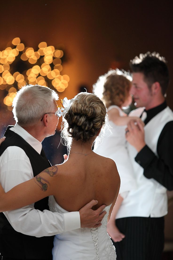 Daddy daughter dance: bride and father, groom and daughter (picture by Matt Bigelow) AWE this makes me wanna cry