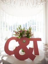 Huwelijk foto welkom - grote houten letters bij de entree of inkomhal van de trouwzaal.