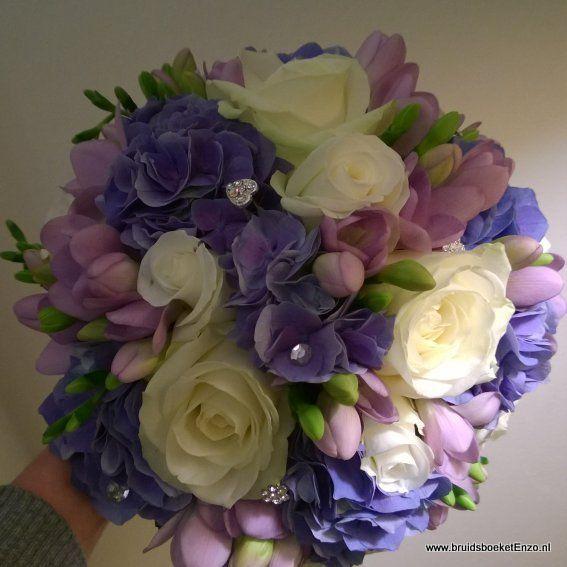 Bruidsboeket biedermeier paars wit freesia hortensia