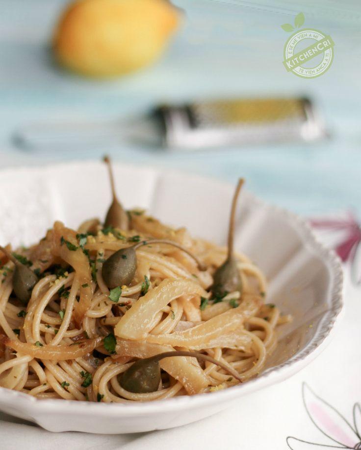 Spaghetti integrali con finocchi e capperi un primo piatto leggero sano e gustoso ricco di potassio vitamine e flavonoidi.