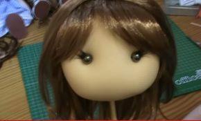 Tutorial que explica como poner pelo a las muñecas.