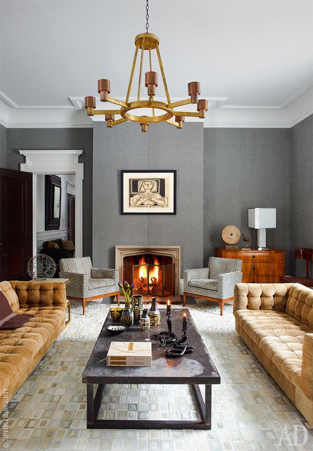 Вечерняя гостиная. Два дивана работы Майло Бомана сохранили оригинальную замшевую обивку. Кресла укамина тоже винтажные. Обои Balines Herringbone, Ralph Lauren Home.
