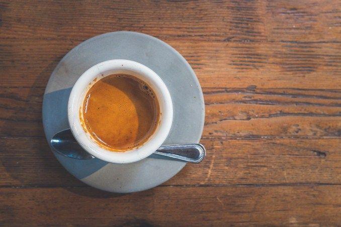 """Egy gyártulajdonos, Luigi Bezerra, a századforduló idején találta fel az Espresso kávét. A célja az volt, hogy egy olyan módszert találjon ki, mellyel gyorsabban lehet kávét főzni.Rájött, hogy a főzési folyamatokhoz nyomást adva fel tudja gyorsítani az eljárást. Ilyen módon keltette életre az úgynevezett """"Gyors kávé gépet"""". Ez a találmánya ..."""
