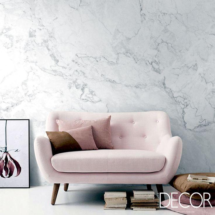 Com parede em mármore, ambiente apresenta charmoso sofá em tom rosa claro