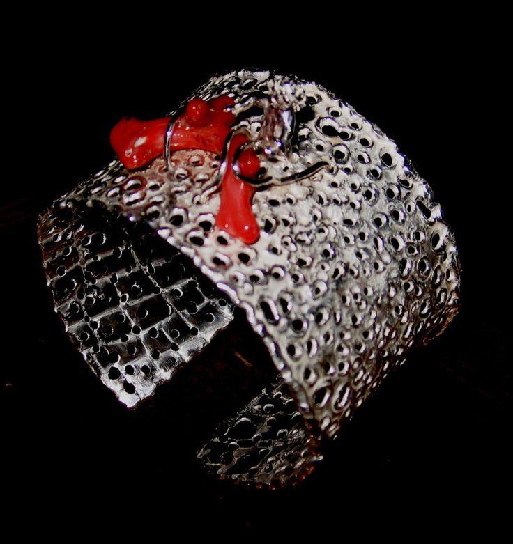 Bracciale in argento, corallo rosso sardo, effetto lunare. Realizzato a mano, pezzo unico.  Handmade gold bracelet, with coral sardinian red, moon effect.  Unique article.