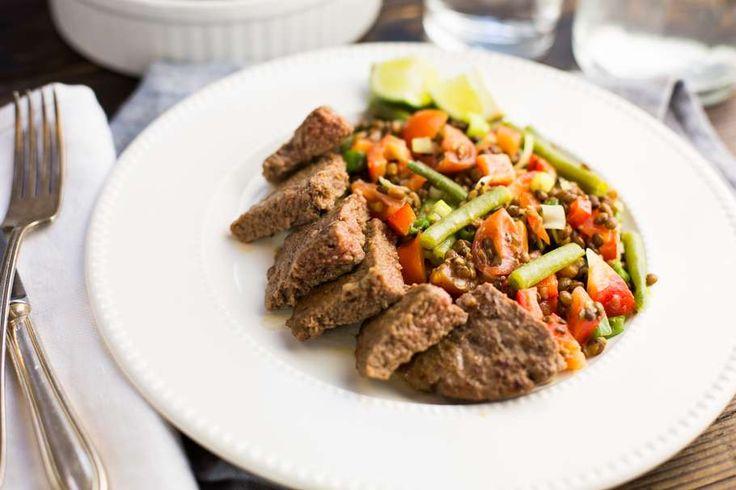 Recept voor linzensalade voor 4 personen. Met zout, olijfolie, peper, linzen, rode paprika, sperzieboon, hamburger, rode ui, limoen en mosterd