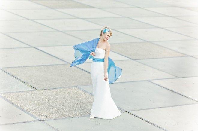 langes elegantes Brautkleid mit kleiner Schleppe, Stola in Türkis passend zum Gürtel des Kleides mit Rauten