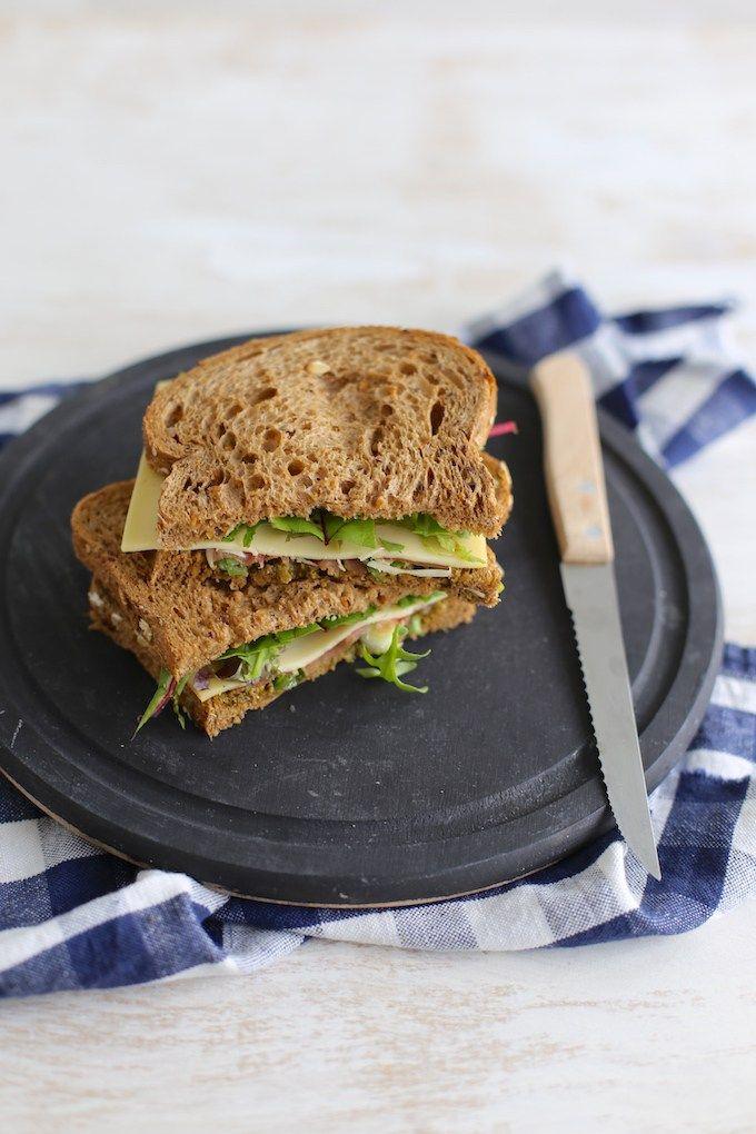 Op zoek naar een lekker lunchrecept? Bekijk dan eens dit recept voor een Italiaanse sandwich met serranoham en bosui. Lekker, simpel en snel!