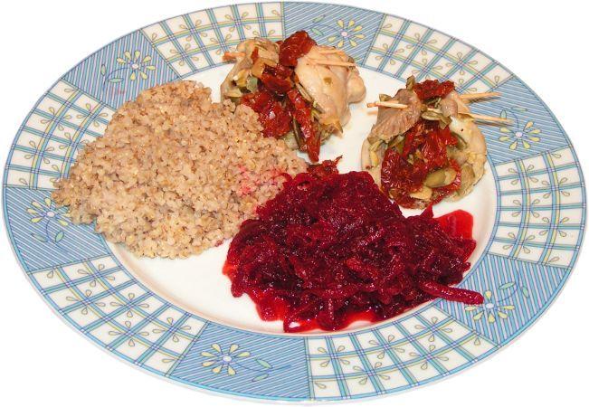 nadziewane podudzia pomidorami i pestkami dyni, kasza jęczmienna, buraczki ćwikłowe tarte w wiórka