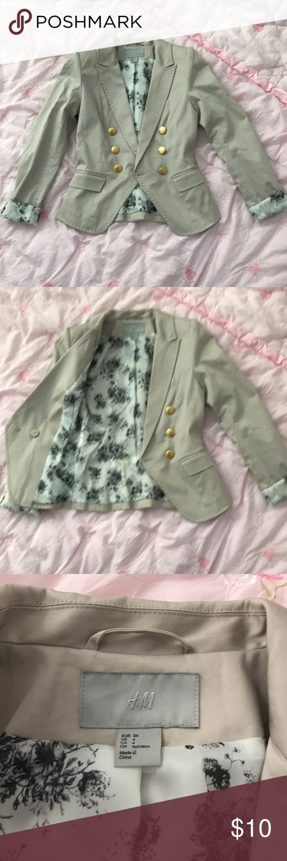 H&M blazer in US4 H&M blazer size US4/EUR34 Almost new, only tried on at home. I was already pushing it with sz 4 when I was really sz6  but it was the last one at the store. After I had my daughter, I never really went back to pre-pregnancy weight😖Only crinkled due to storage. My loss is your gain. H&M Jackets & Coats Blazers