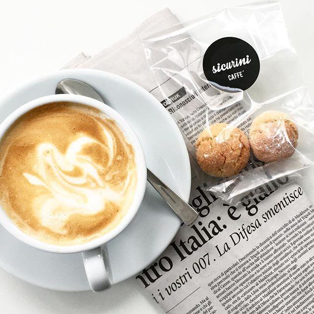cappuccino & amarettini morbidi  Dienstagmorgen mit @sicurini CAFFE' #sicurini #sicurinicaffe #amarettinimorbidi #amaretti #homemade #selbstgebacken #hausgemacht #camesapilabackt #caffe #cappuccino #kaffee #coffee #coffeeisalwaysagoodidea #butfirstcoffee #coffeelovers #italianstyle #gutenmorgen #buongiotno #goodmorning #dienstag #coffeebreak #dienstagmorgen #coffeegram #coffeelove  #sicurinimobil #coffeetogo #cappuccinotogo  #baristadaily @baristadaily #podcult #flatlay