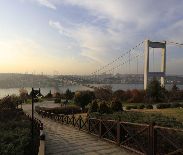 The Çamlıca Hill - Şehrin karmaşasından biraz uzaklaşmak, binalara sadece uzaktan bakmak için Çamlıca Tepesi'ne çıkarak şehir hayatından kendinizi biraz soyutlayın. Yeşil ve mavinin huzurlu uyumuyla ruhunuzu tazeleyin.