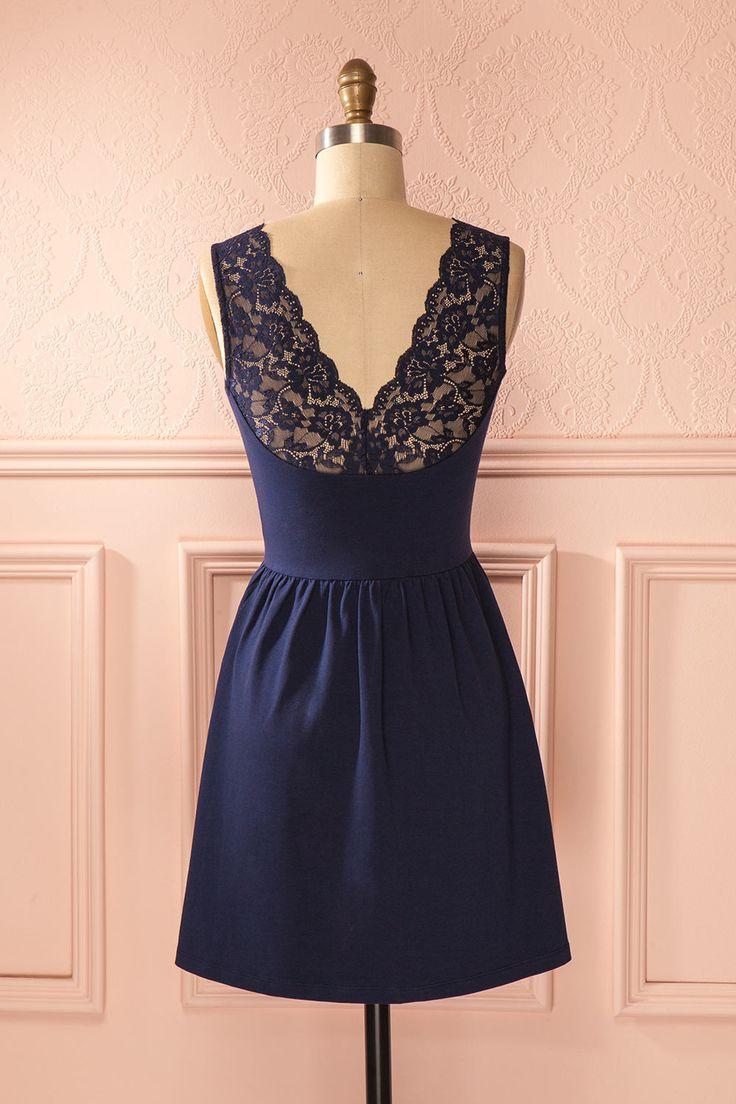 La délicatesse est souvent accompagnée d'une discrète touche de dentelle.  Loveliness often come with a discreet hint of lace. Blue lace back cotton dress www.1861.ca