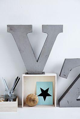 Metal V bogstav - 250kr.  Køb den på www.loppedesign.dk
