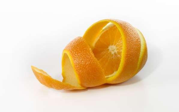 L'ÉCORCE DE CITRON L'écorce de citron est un bon désodorisant, que vous pouvez mettre par exemple au fond d'une poubelle.