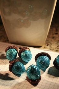 glue and glitter acorns...why? why not? LOVE these!!