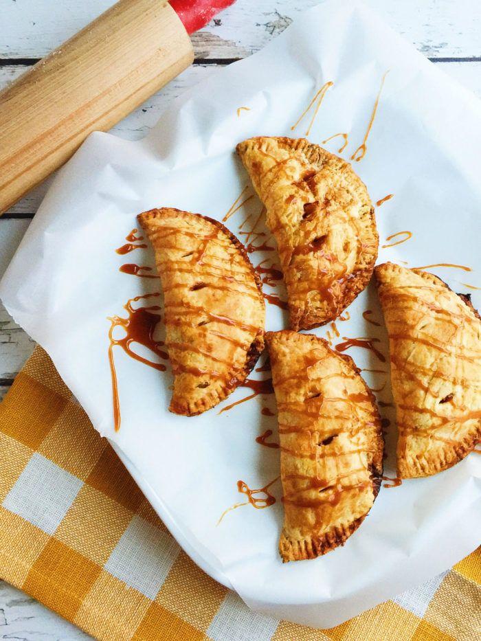 Salted Caramel Apple Hand Pies – Pastinaken und Gebäck   – Food – Pie
