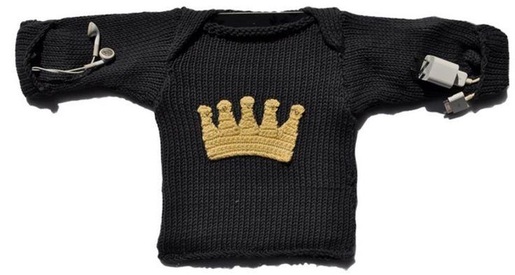 """http://www.ihanan.fi/product/99/#.VH2udxZNJgR Persoonallinen suoja omalle tablettilaitteellesi malleina """"The King"""" (harmaa kruunulla) tai """"The Princess"""" (pinkki cupcake). Neulos on valmistettu 100% orgaanisesta puuvillasta rakkaudella Keniassa. Täydellinen lahjatuote sellaiselle henkilölle, jolla on jo kaikkea (paitsi ikioma neulepaita tablettilaitteelle ;)"""