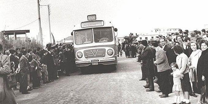 Οι κάτοικοι του Χαϊδαρίου υποδέχονται την πρώτη γραμμή λεωφορείου που τους ενώνει με το κέντρο της Αθήνας στα μισά του περασμένου αιώνα