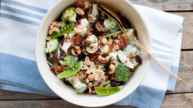 Frisk, syrlig og søt på en gang. Brokkolisalat er nydelig knasende godt tilbehør.     Anita Stokke Blomvik legger jevnlig ut enkle, gode oppskrifter på mat laget fra bunnen av på bloggen Kvardagsmat.no. Nå deler hun oppskriften på denne sommerlige brokkolisalaten som fungerer både som en rett eller som tilbehør.    - Det er hverken potetsalat, waldorfsalat eller pastasalat, men noe midt mellom alle disse tre. Bruk det som du ville ha brukt potetsalat, og server deilig grillmat til. Eller…