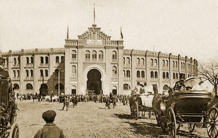 1874, se inauguraba la Plaza de Toros de Goya. De estilo neomudéjar, se ubicaba donde hoy está el Palacio de Deportes de la Comunidad de Madrid y contaba con un aforo para 15.000 personas. Cuando ésta se quedó pequeña se derribó y se construyó la plaza de Las Ventas.