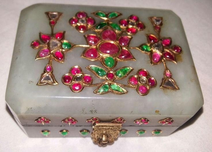 A Mughal gem-set (ruby, emerald and diamond), gold pale green nephrite box. 18th/19th Cent. India (7.8X5.6X3.5)