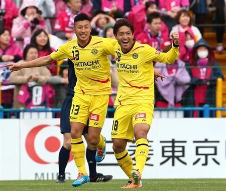 前半、先制ゴールを決め、喜ぶ柏・田中(右)と高山=日立柏サッカー場(撮影・吉澤良太)