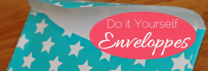 Je zou jezelf helemaal uit kunnen leven op een spierwitte envelop. Viltstiften, verf, stickers, plaatjes, lijm, plakband en noem maar op. Maar wat ik zelf ook altijd ontzettend leuk vind zijn zelfgemaakte enveloppen, van een leuk papiertje met een leuk printje. Ik kocht eerder bij de HEMA leuk inpakpapier om in de eerste instantie cadeautjes …