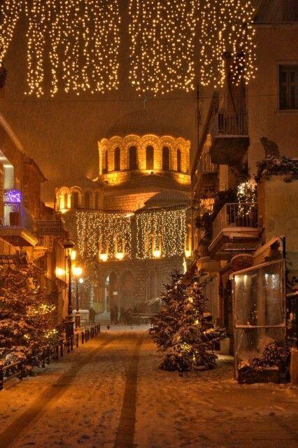 Χιόνια και φώτα γιορτινά στον Βόλο Snow & festive lights in the town of Volos