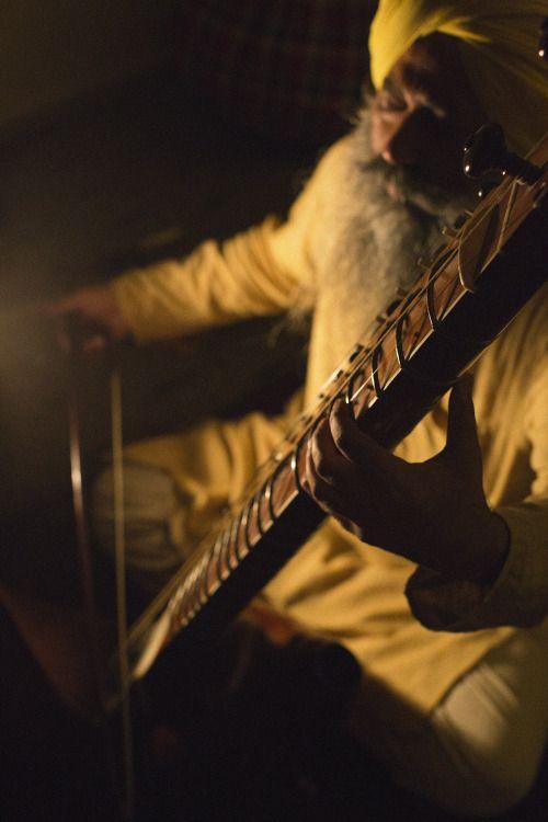 sachasahib:  mskchitrakar:  Bhai Baldeep Singh singing a late-16th century composition of Guru Arjan Dev in Raga Gaud-Malhar and playing his handcrafted Taus.  <3  *gasps in enraptured amazement* Waheguru ~