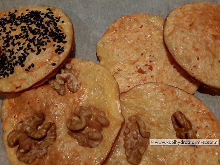 Maak rookkaascrackers eenvoudig zelf, eet ze als snack tussendoor. Of belegd met een gekookt eitje of tonijnsalade met een paar kappertjes.