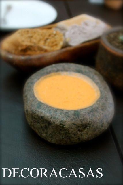 Molhos e aperitivos podem ser servidos em recipientes diversos para ficar mais charmosos: este couvert foi servido em um bool de pedra e fez toda a diferença na apresentação do prato.