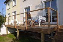 Monter une terrasse en bois exotique sur pilotis sur herbe